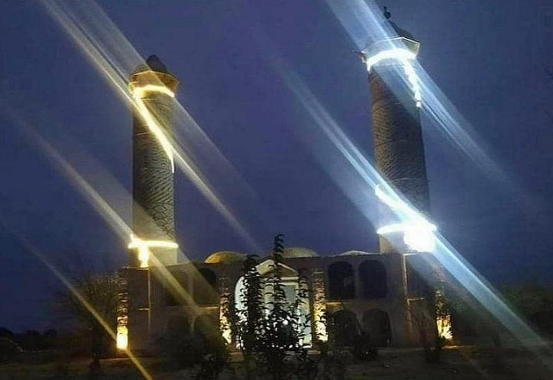 Ночное освещение мечети в освобожденном Агдаме