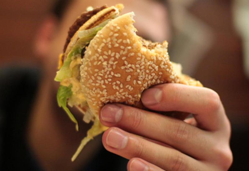 Инфекционист развеял миф о «правиле пяти секунд» при падении еды