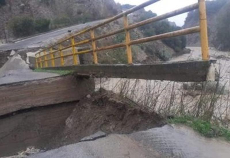 В Италии из-за наводнения рухнул автомобильный мост
