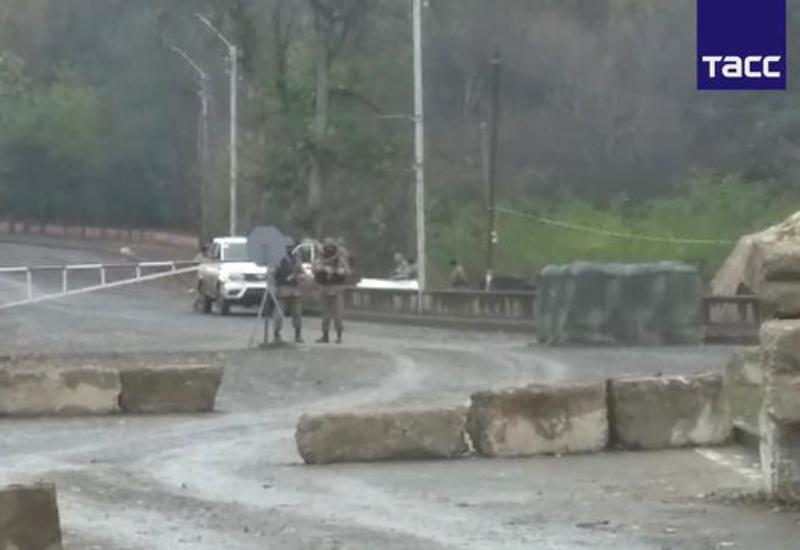Азербайджанский блокпост напротив российского у въезда в освобожденную Шушу