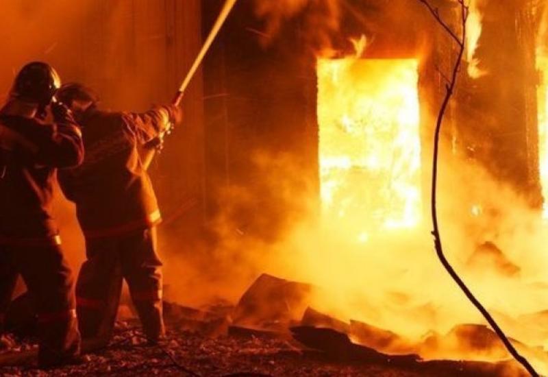 В Баку произошел пожар в двухэтажном доме