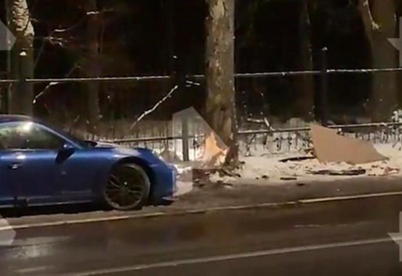 Семья на Porsche протаранила дерево в Москве и попала в больницу
