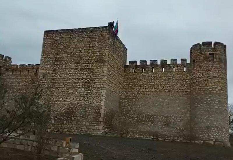 Азербайджанские солдаты водрузили национальный флаг над крепостью Шахбулаг в Агдаме