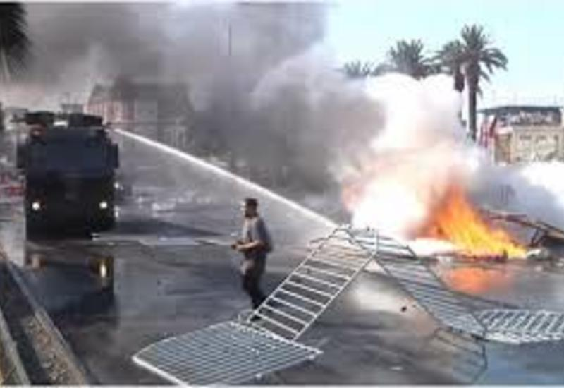 Полиция Чили применяет водометы и слезоточивый газ против протестующих