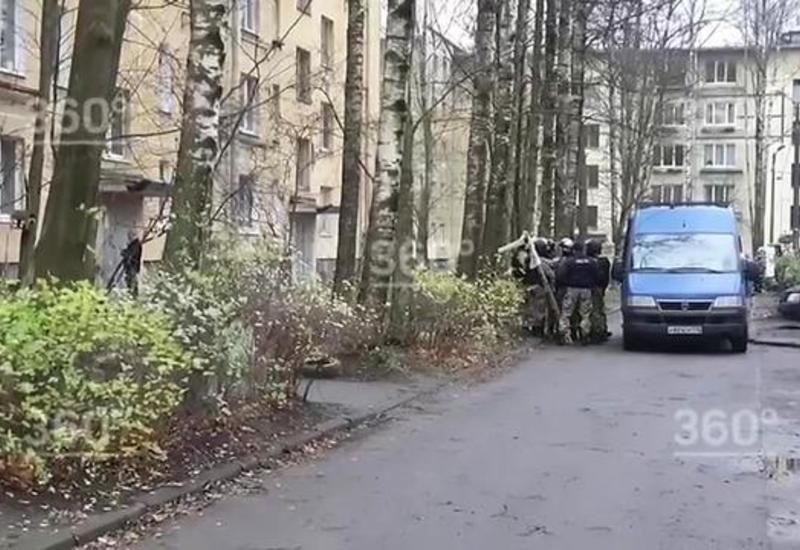 Спецназ готовится к штурму квартиры в Колпино, где мужчина захватил в заложники детей