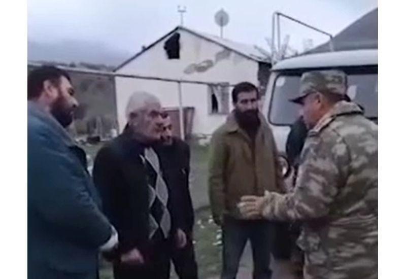 Азербайджанские военные помогают армянам покинуть село Гюлаблы в Агдаме