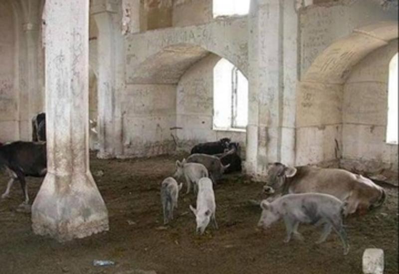 Армяне превратили еще одну азербайджанскую мечеть в хлев