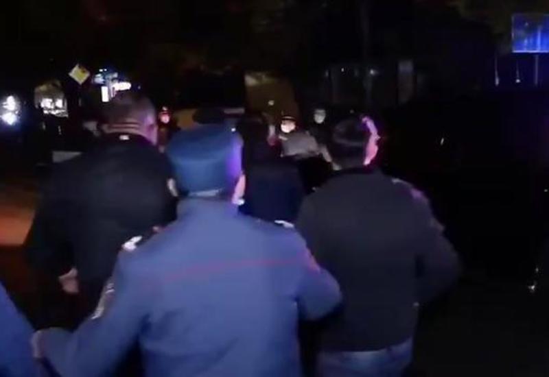Армяне заблокировали кортеж Пашиняна