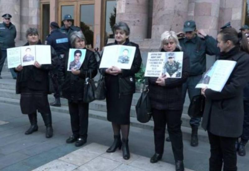 Родители солдат окружили здание правительства Армении и требуют вывести их детей из Карабаха