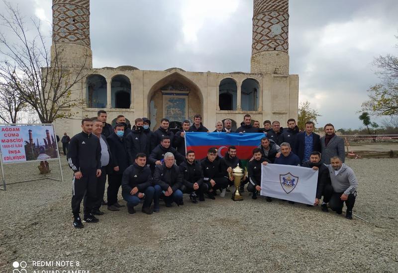 """Представители дипкорпуса и ФК """"Карабах"""" в Агдамской мечети"""