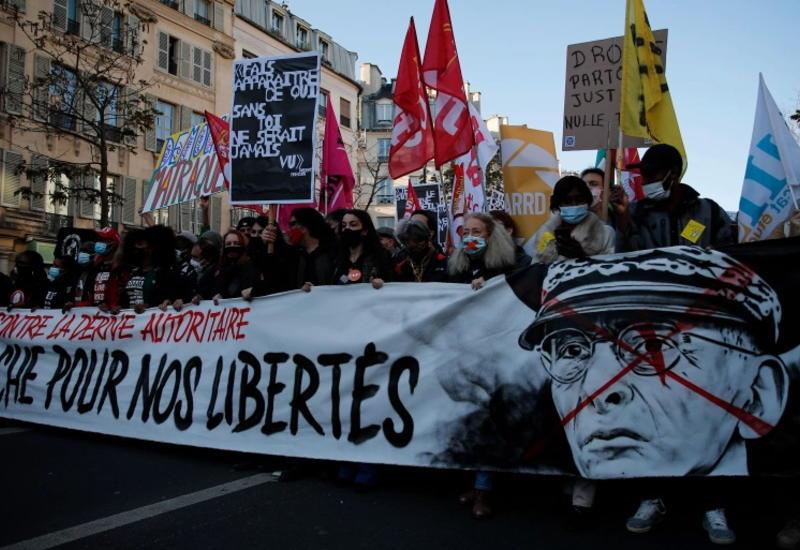 Почти 50 тысяч человек собрались в центре Парижа
