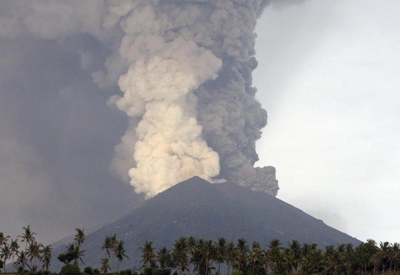 В Индонезии вулкан Левотоло выбросил столб пепла на высоту 4 км