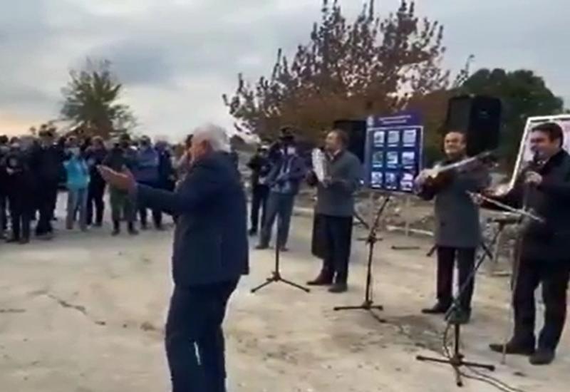 Мансум Ибрагимов поет, Агиль Аббас танцует - трогательное видео из освобожденного Агдама