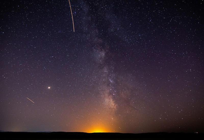 В ночном небе над Японией засняли особо яркую падающую звезду