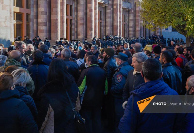 Родители армянских солдат митингуют перед зданием правительства