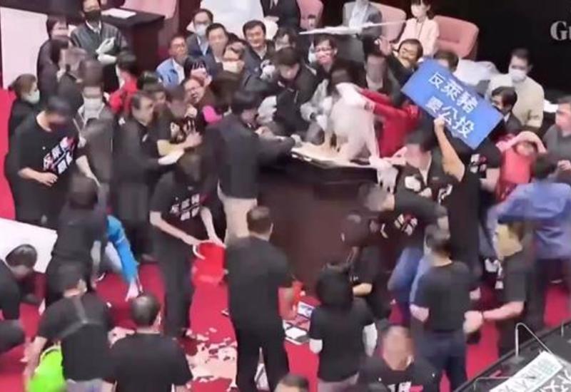 Депутаты Тайваньского парламента закидали премьера свининой