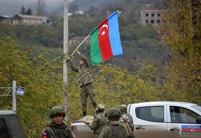 Азербайджанские военнослужащие украсили город Лачин флагами - ФОТО