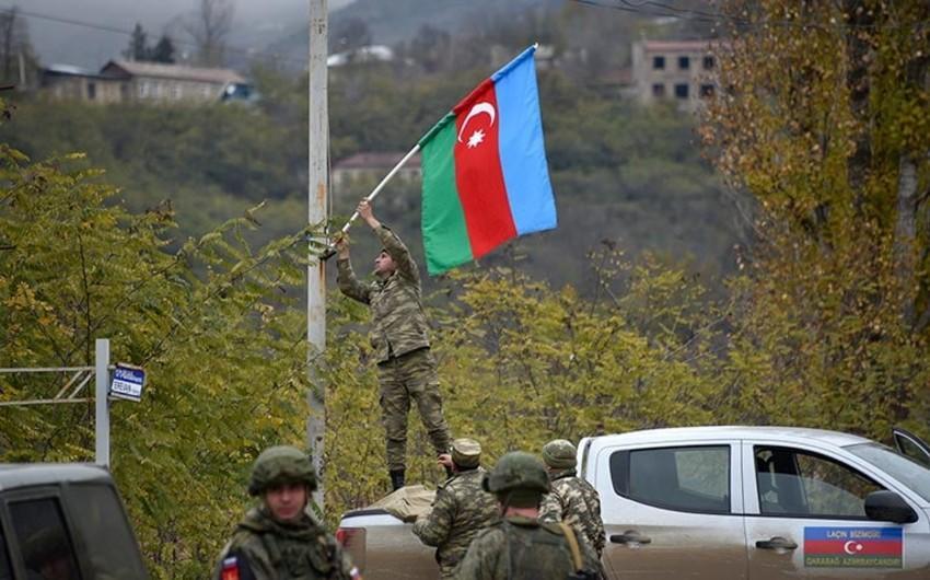 Азербайджанские военнослужащие украсили город Лачин флагами