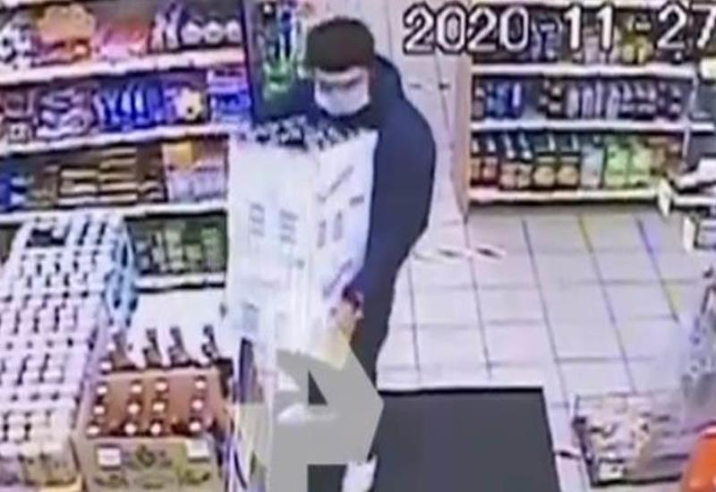 Камера сняла, как мужчина украл 38 бутылок водки из супермаркета