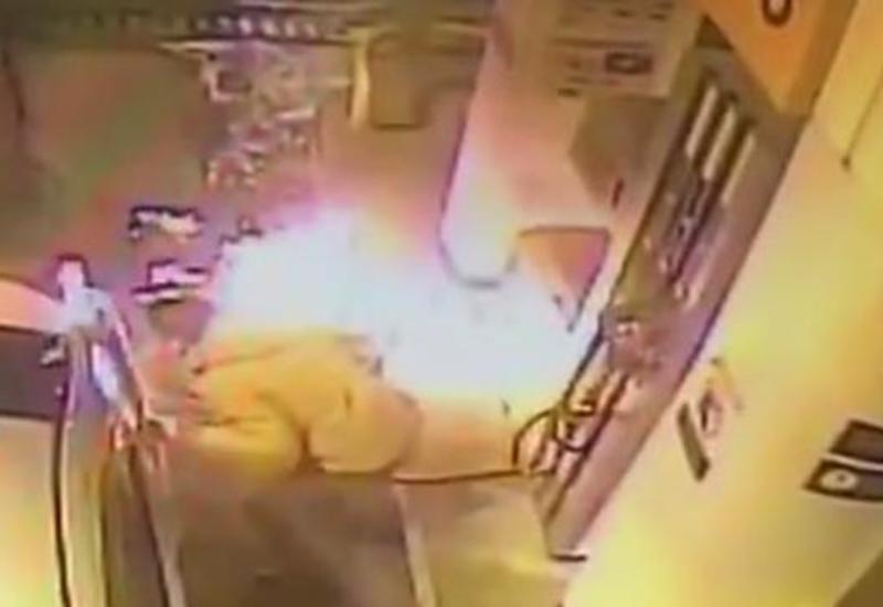 Мужчина зажег спичку на заправке, чтобы растопить лёд - начался пожар