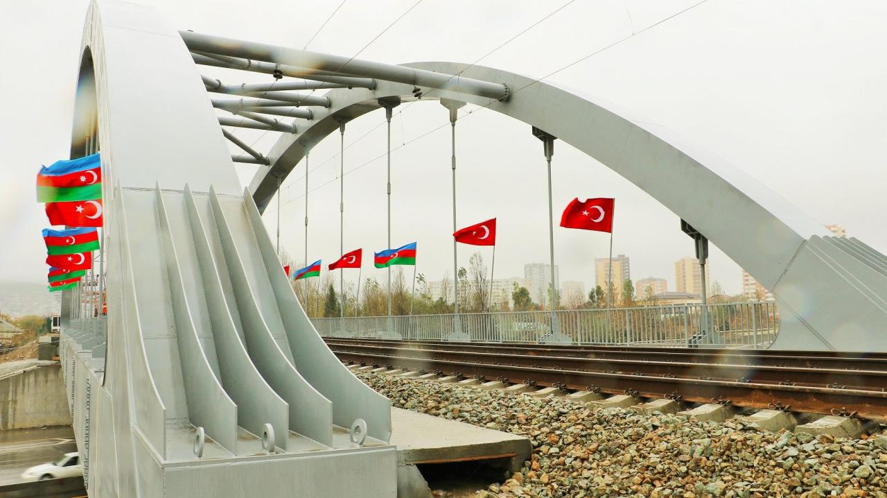 Строительство железнодорожного моста возле Хырдаланского круга завершилось