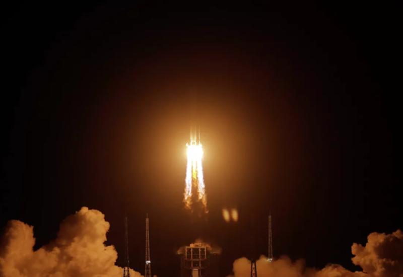 """Китайский аппарат """"Чанъэ-5"""" приземлился на Луну"""