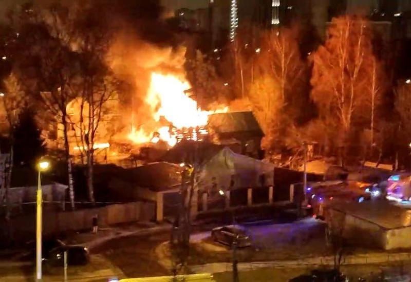 В Подмосковье полицейский спас людей из пожара и потушил горящий дом
