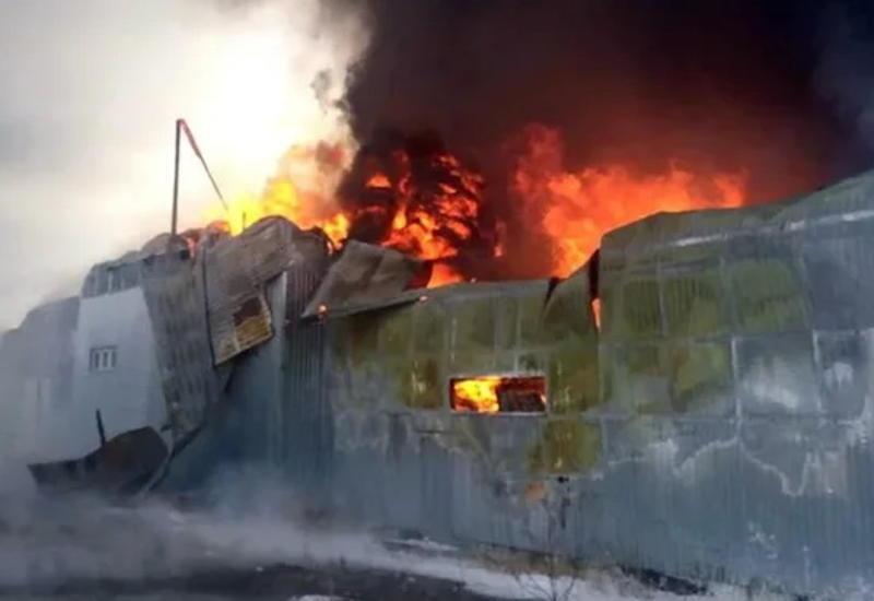 Крупный пожар произошел на складе пластика в Омске