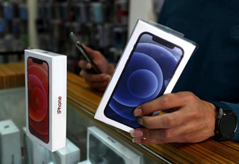 Apple заставят класть зарядник в коробку с iPhone
