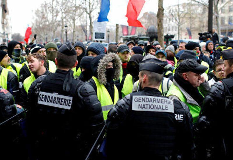 В Париже в результате столкновений пострадали восемь полицейских