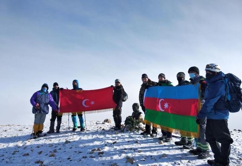 """Азербайджанские и турецкие альпинисты взошли на вершины """"Пик Гейдара"""" и """"Пик Ататюрка"""""""
