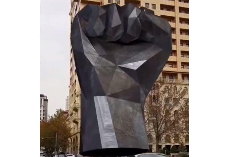 """Статуя """"Железный кулак"""" в блоге Джавида Гулиева"""