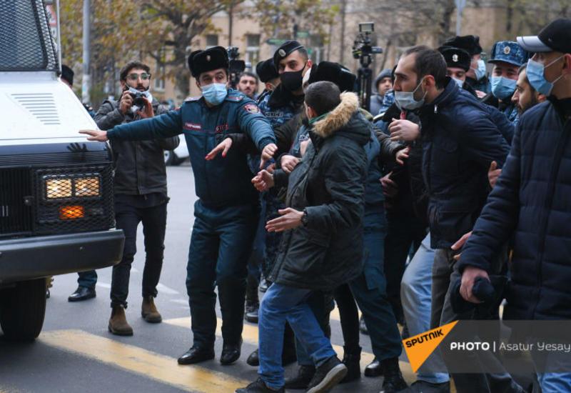 Демонстранты в Ереване пытаются перекрыть главный проспект