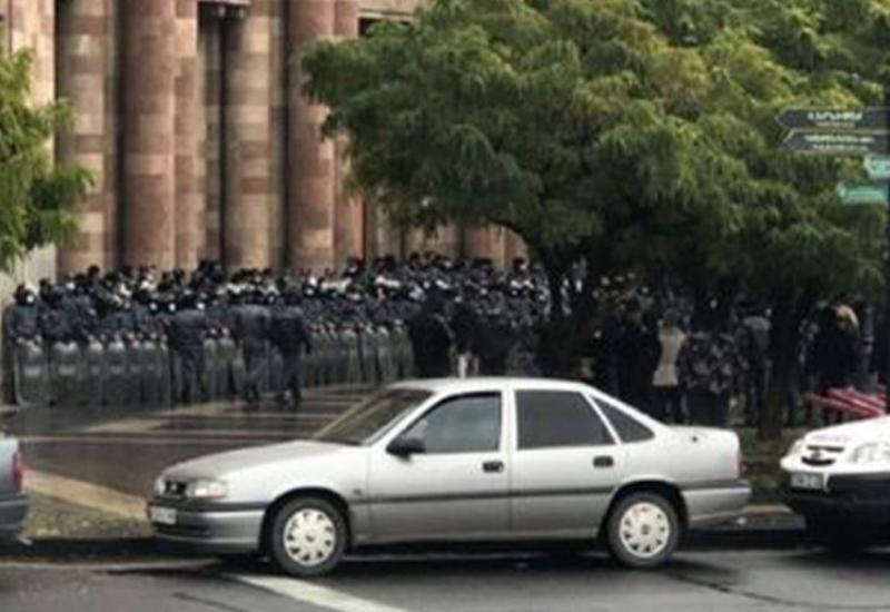 Протестующие штурмуют здание кабмина в Ереване