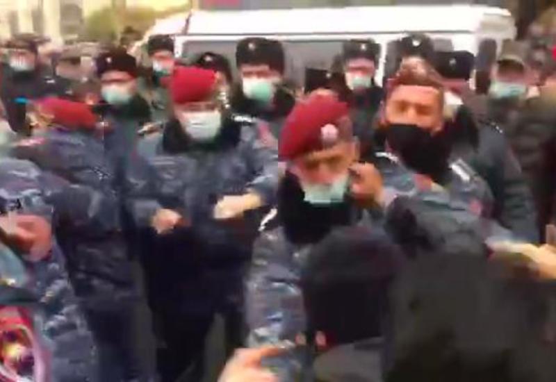 """Пока в Баку готовятся к параду, в Ереване свой """"парад"""" у здания правительства"""