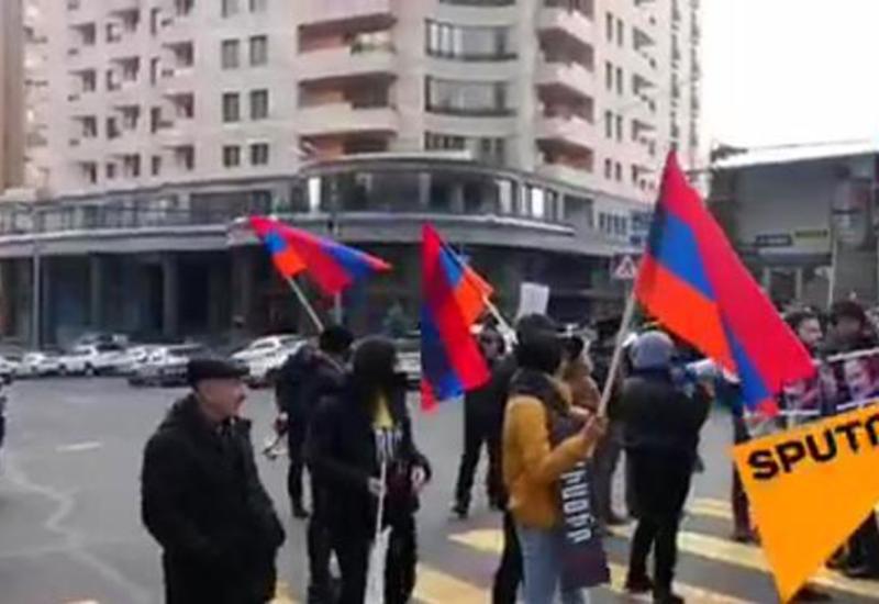 В Ереване не утихают митинги, силовики начали аресты оппозиции