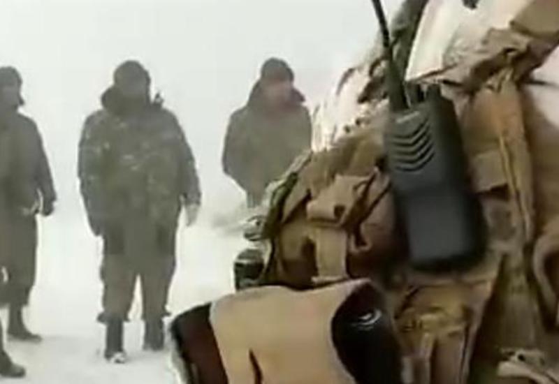 Армянские солдаты сдали оружие азербайджанским войскам