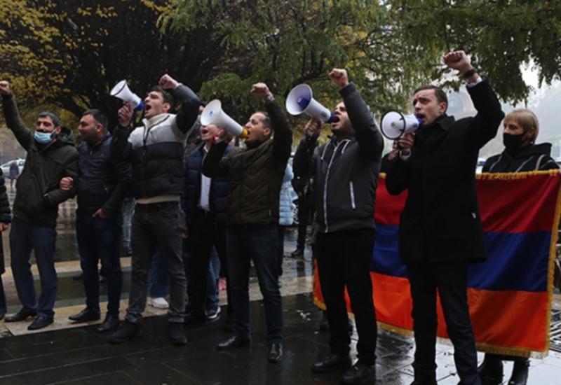Протестующие окружили здание правительства Армении