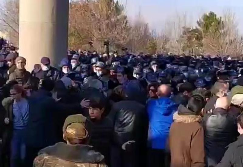 В Ереване протестующие схлестнулись с полицией