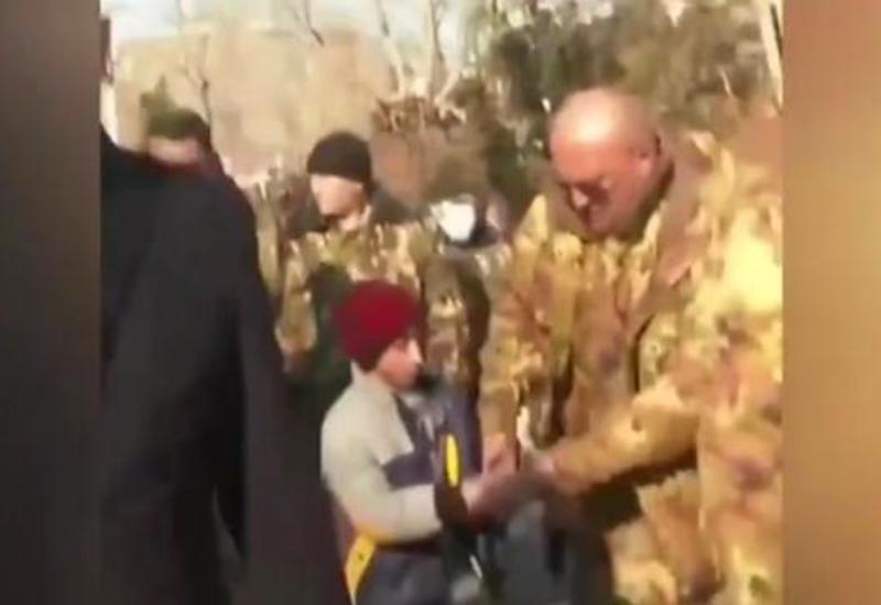 Пашинян платит детям за его сопровождение