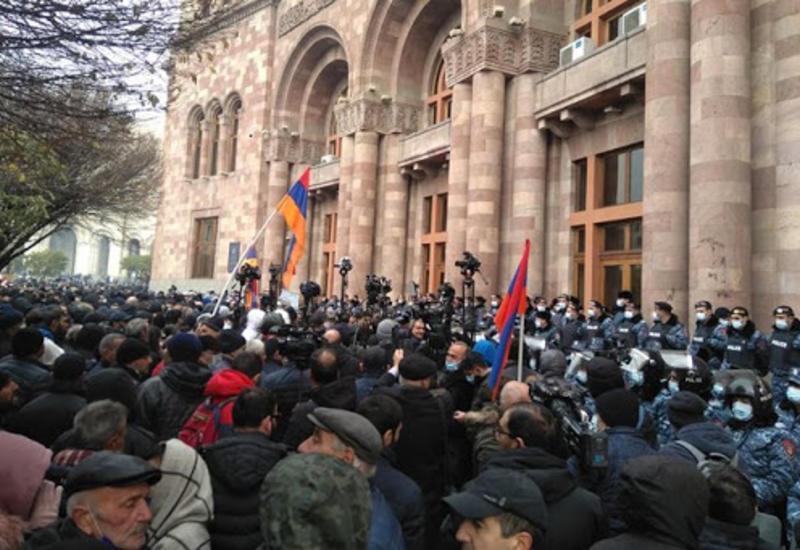 Протестующие в Ереване прорвали оцепление полиции