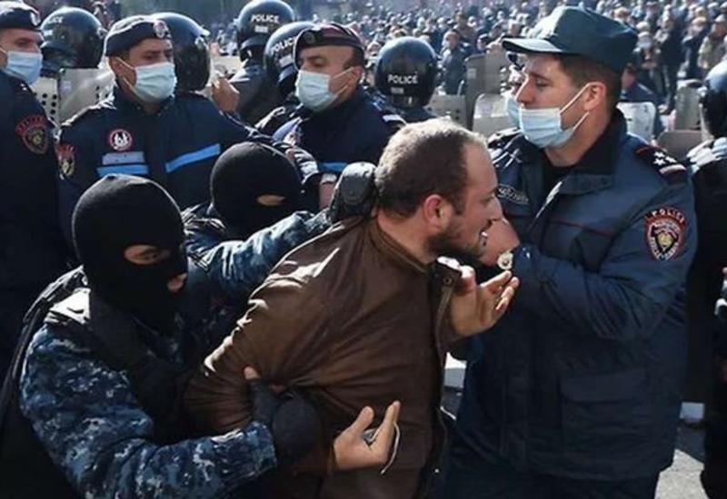 Стычки с полицией начались у протестующих у правительства в Ереване
