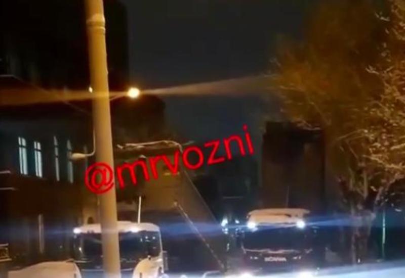 В Ереване блокируют песком дороги к зданию правительства