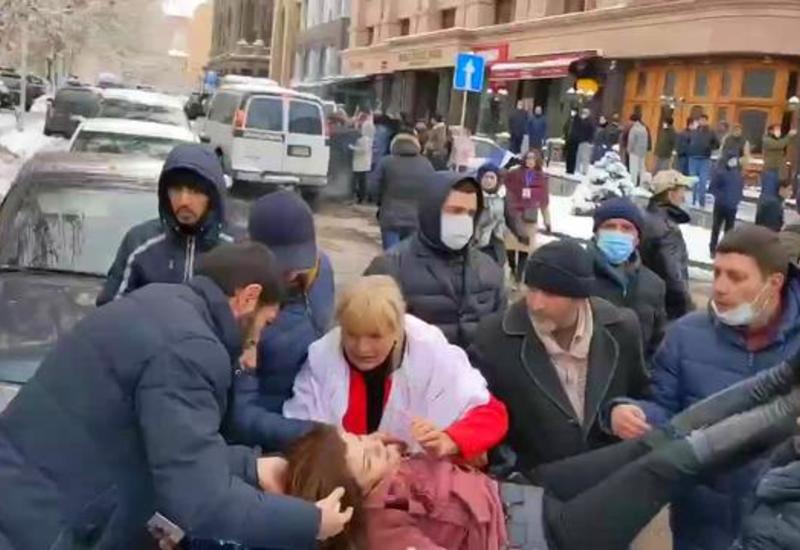 В Ереване силовики избивают женщин