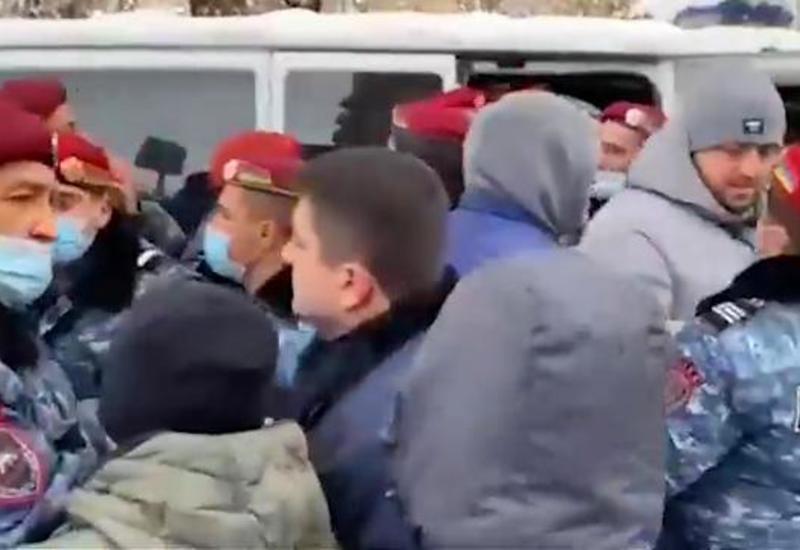 В Ереване столкновения протестующих с силовиками, есть пострадавшие