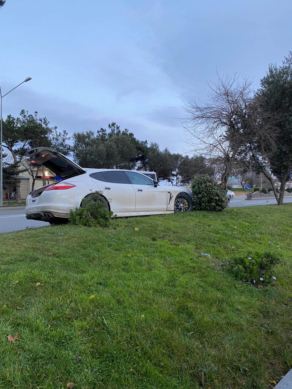 В Баку Porsche совершил аварию