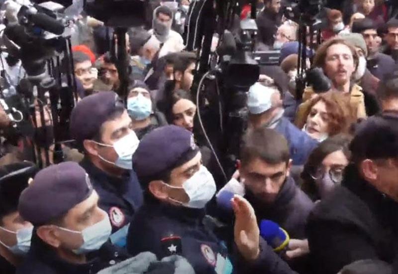 У парламента Армении арестовывают протестующих