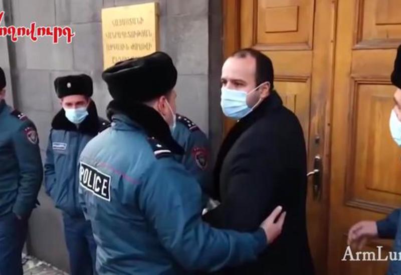 Депутаты Пашиняна получают оскорбления в свой адрес, пока идут на работу