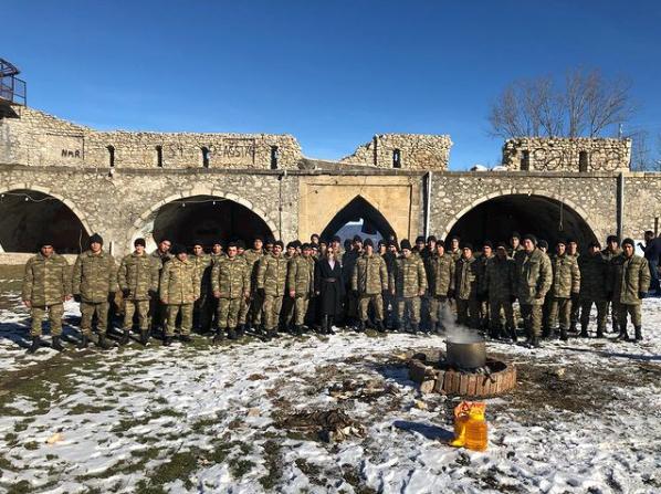 """Севда Алекперзаде и азербайджанские солдаты исполнили """"Сары гялин"""" в Шуше"""
