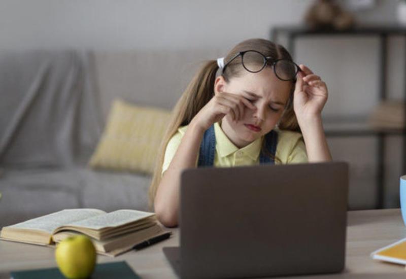 Ученые заявили о росте развития детской близорукости из-за удаленки